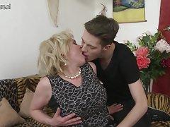 Mamada a través de la pared y un montón de esperma el porno ruso de la foto en la localidad de