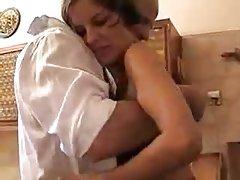 El chico le encanta su culo en la sauna vídeo porno
