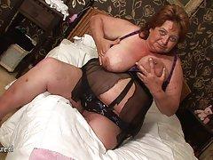Baile erótico suave de la chica porno desnuda madre y el hijo