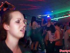 Pública de la depravación en la puerta porno en los clubes de moscú
