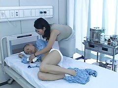 Phoenix marie experimentado blonda porno de rodillos en el hospital rusos