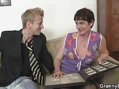 Le apretó fuerte el pene sexo con borracha, madre relato