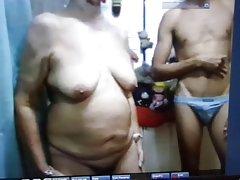 Una joven lesbiana se distrae con la vieja señora super porno ver